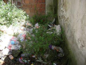 Yukarıki evlerden kullanılan artıklar sokaklara saçılıyor hiç bir yaptırım gelmiyor belediye yetkililerinden nedeni ise belediye zaten çöpleri toplamıyor...